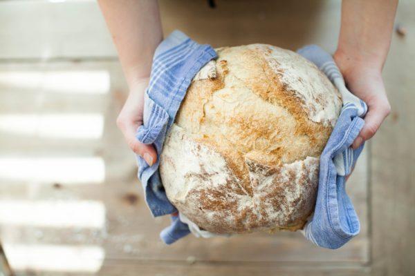 Brot mit Netz kaufen - Lebensmittel im Supermarkt - wiederverwendbare Brotbeutel