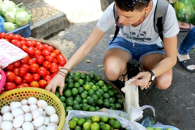 Besuch auf dem Wochenmarkt Verpackungsfreier Einkauf