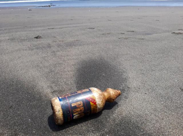 Plastikmüll am Strand Plastikfrei Leben ohne Plastik Sand Beach Clean Up Folgen Ursachen Gefahren Blog EcoYou Müll