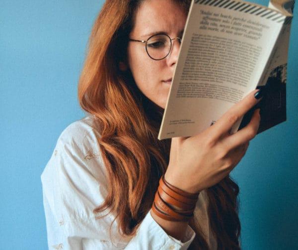 Junge Frau informiert sich über Free Bleeding - Vorteile und Nachteile sowie Tipps
